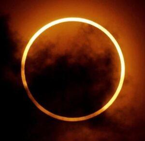 Annandagens nymåne med släng av solförmörkelse
